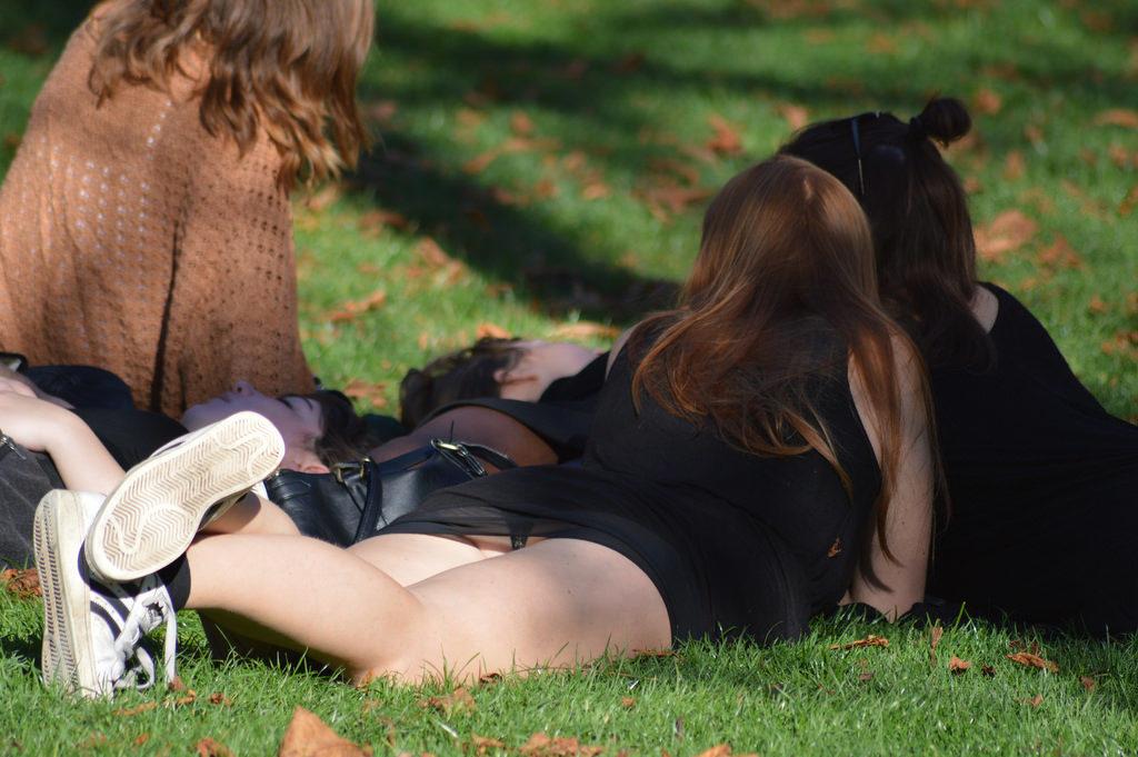 【パンチラ】広場でくつろいでる素人女子さんのパンチラ盗撮したったwwwwww(38枚)・4枚目