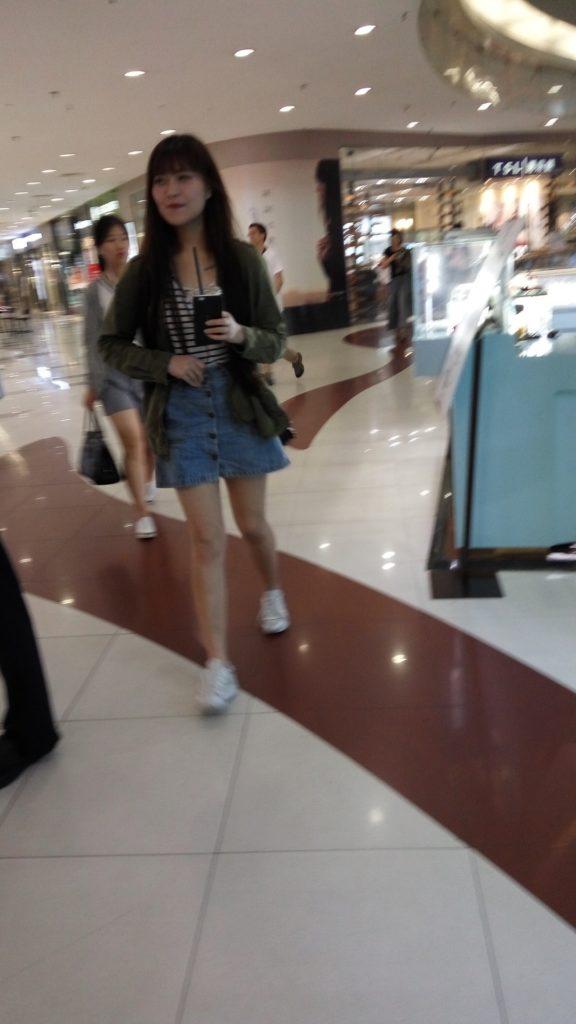 【盗撮】パンツを逆さ撮りされた中国・韓国まんさん。撮り方が大胆すぎwwwwwww(画像あり)・5枚目