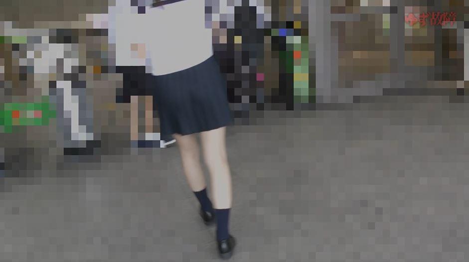 【ガチ盗撮】電車で狙われたJKが「中出し」されるヒドすぎる痴漢映像。。・2枚目