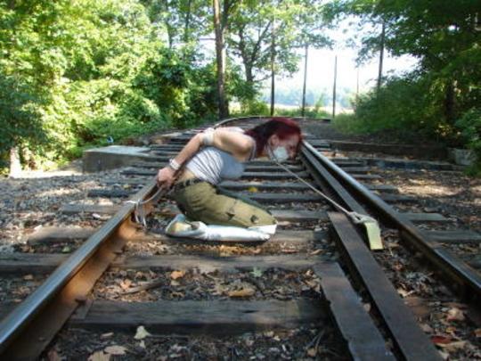 【エロ画像】ガチで命がけの線路露出プレイ。縛ったらアカンやろwwwwww・10枚目