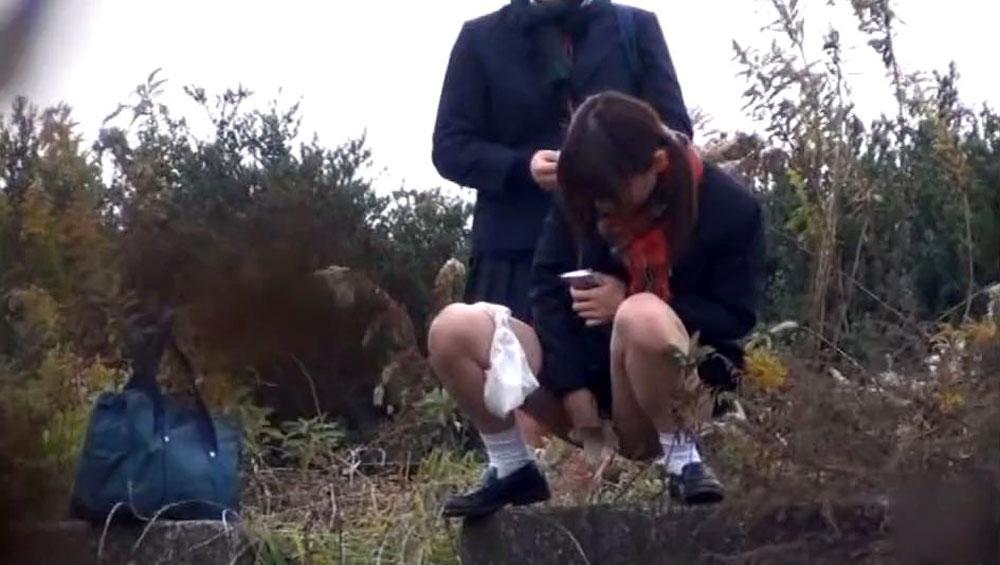 【野ション】アホすぎJKまーん、野外放尿してる瞬間を撮影されるwwwwww・10枚目