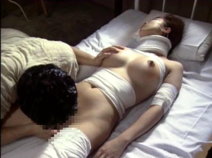 【エロ画像】怪我して動けない女を無情にレイプする光景がこちら。。・12枚目