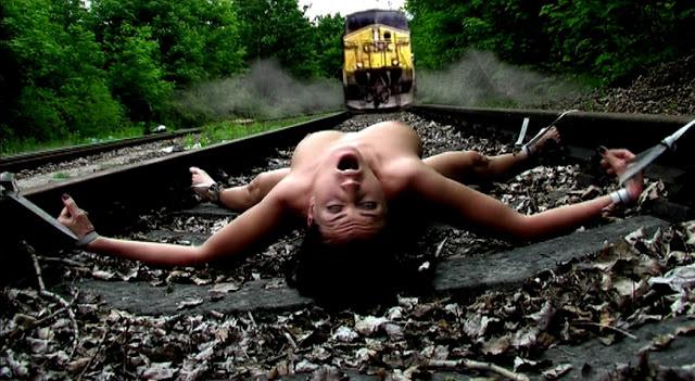 【エロ画像】ガチで命がけの線路露出プレイ。縛ったらアカンやろwwwwww・15枚目