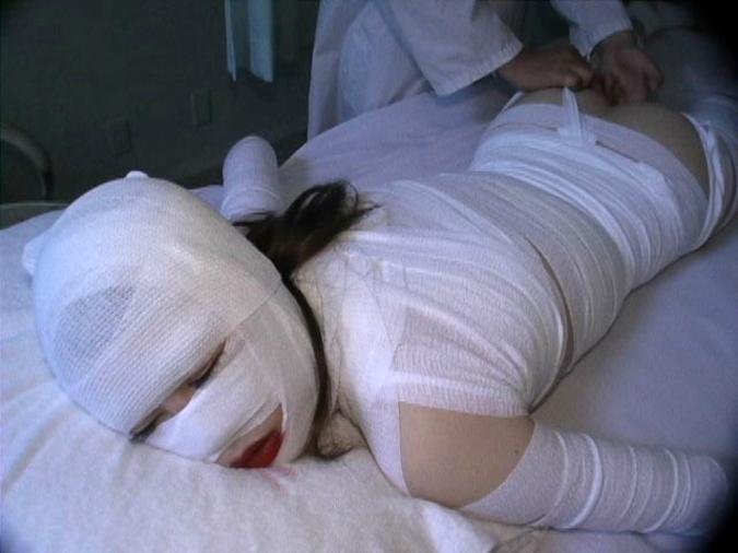 【エロ画像】怪我して動けない女を無情にレイプする光景がこちら。。・18枚目