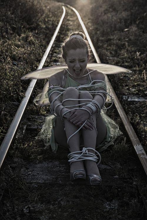 【エロ画像】ガチで命がけの線路露出プレイ。縛ったらアカンやろwwwwww・29枚目