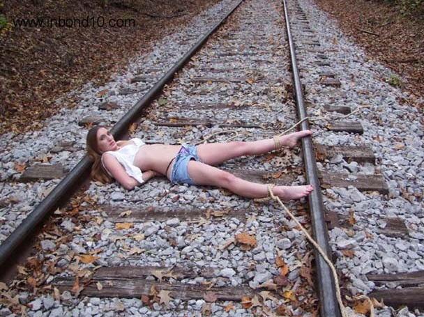 【エロ画像】ガチで命がけの線路露出プレイ。縛ったらアカンやろwwwwww・30枚目