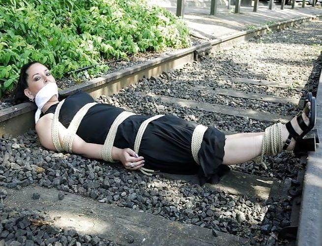 【エロ画像】ガチで命がけの線路露出プレイ。縛ったらアカンやろwwwwww・31枚目