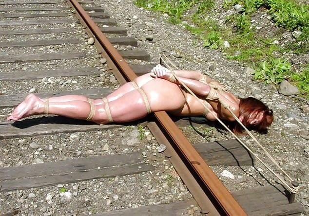 【エロ画像】ガチで命がけの線路露出プレイ。縛ったらアカンやろwwwwww・33枚目