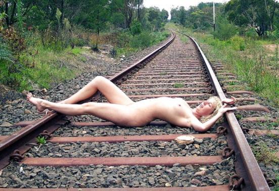 【エロ画像】ガチで命がけの線路露出プレイ。縛ったらアカンやろwwwwww・34枚目