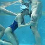 【エロ画像】水中で女にフェラさせてカメラで撮影した画像がこちらwwwww