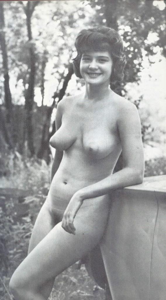 【エロ画像】白黒時代のヘアヌード女さんのナチュラルボディーがこちら。(26枚)・1枚目