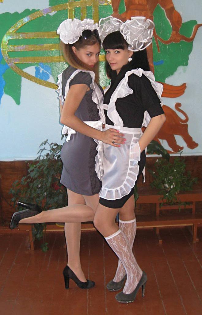ロシアJKの卒業式…ミニスカのメイドだらけで盗撮する気持ちもわかるわwwwww(画像あり)・1枚目