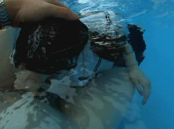 【エロ画像】水中で女にフェラさせてカメラで撮影した画像がこちらwwwww・10枚目