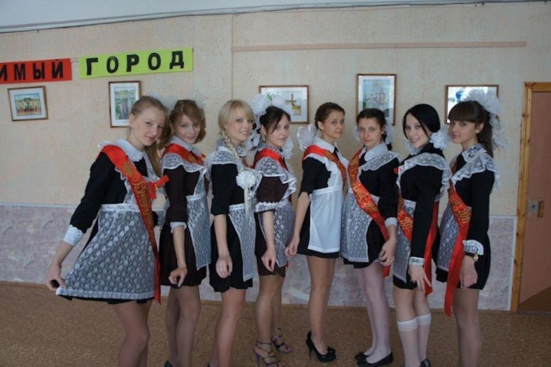 ロシアJKの卒業式…ミニスカのメイドだらけで盗撮する気持ちもわかるわwwwww(画像あり)・12枚目