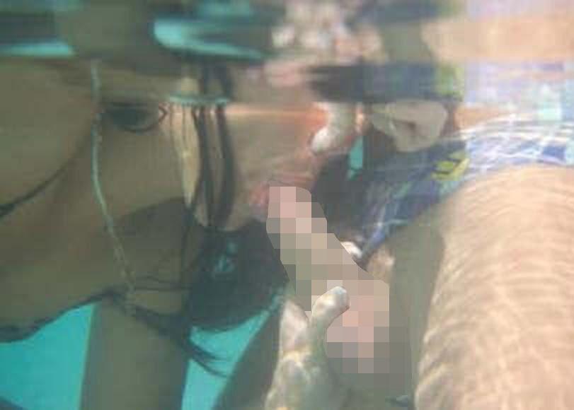 【エロ画像】水中で女にフェラさせてカメラで撮影した画像がこちらwwwww・12枚目