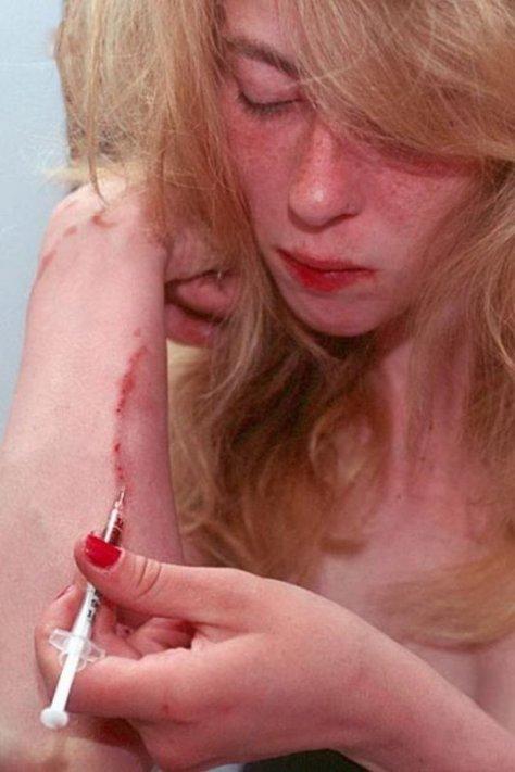 【薬物中毒者】全裸でキメてる女性たちが撮影された画像まとめ。(33枚)・16枚目