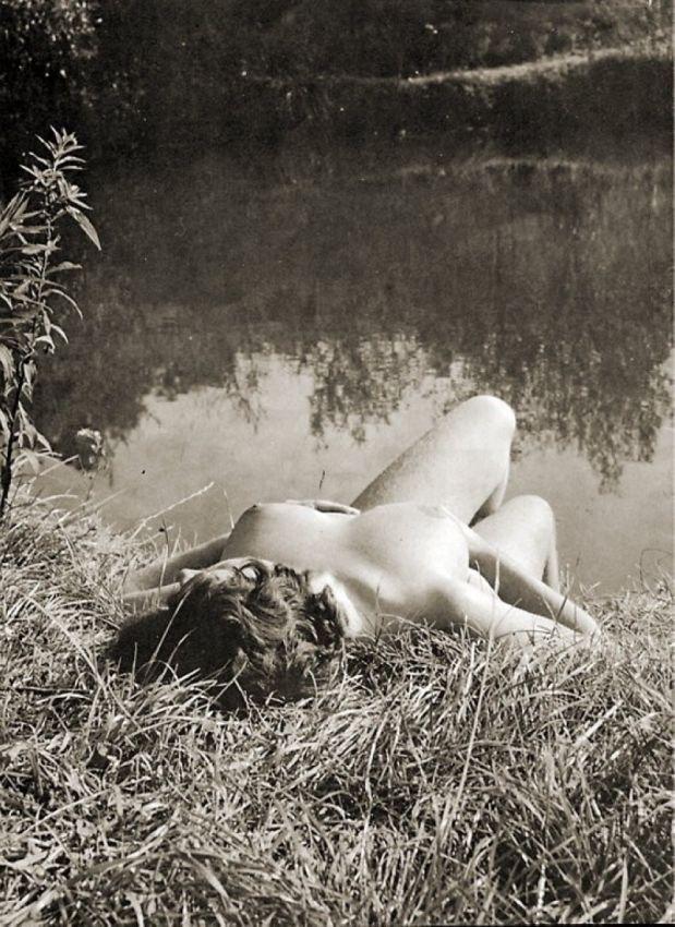 【エロ画像】白黒時代のヘアヌード女さんのナチュラルボディーがこちら。(26枚)・17枚目