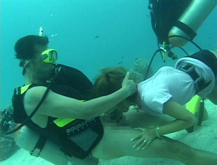 【エロ画像】水中で女にフェラさせてカメラで撮影した画像がこちらwwwww・17枚目