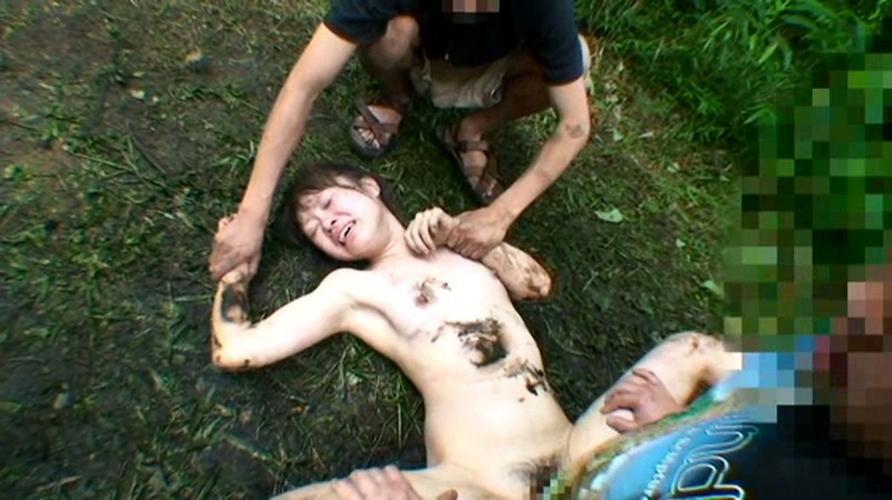 【レイプ注意】野外でボッロボロに犯される女を見て興奮するスレwwwwww・18枚目