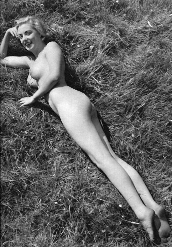 【エロ画像】白黒時代のヘアヌード女さんのナチュラルボディーがこちら。(26枚)・2枚目