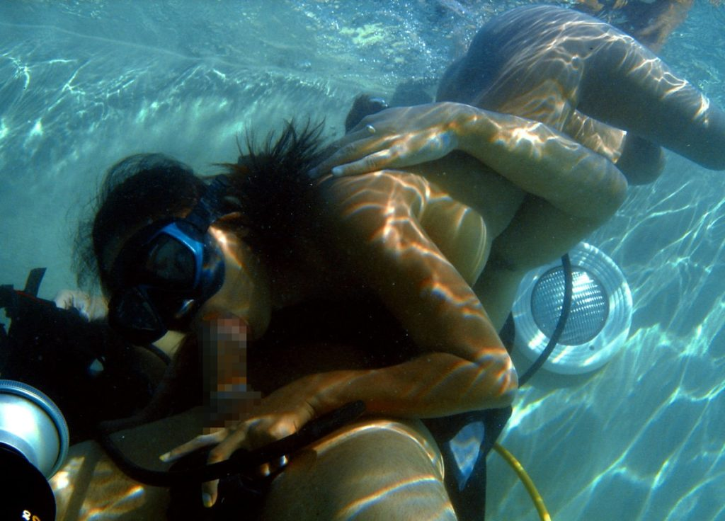 【エロ画像】水中で女にフェラさせてカメラで撮影した画像がこちらwwwww・21枚目