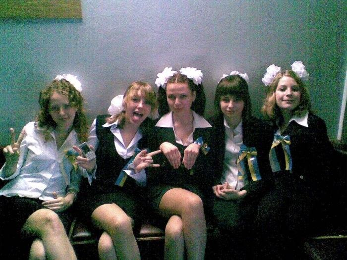 ロシアJKの卒業式…ミニスカのメイドだらけで盗撮する気持ちもわかるわwwwww(画像あり)・24枚目