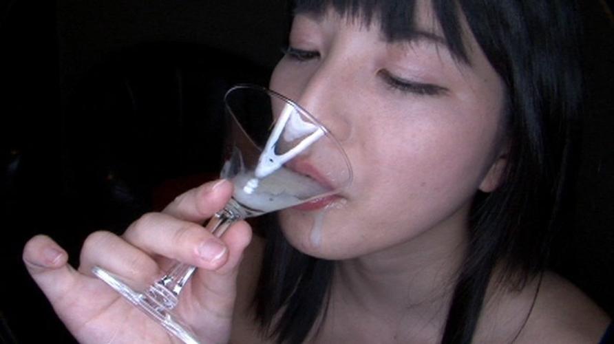【ザーメン注意】グラスに精子を注いで一気飲みする女さん…・25枚目