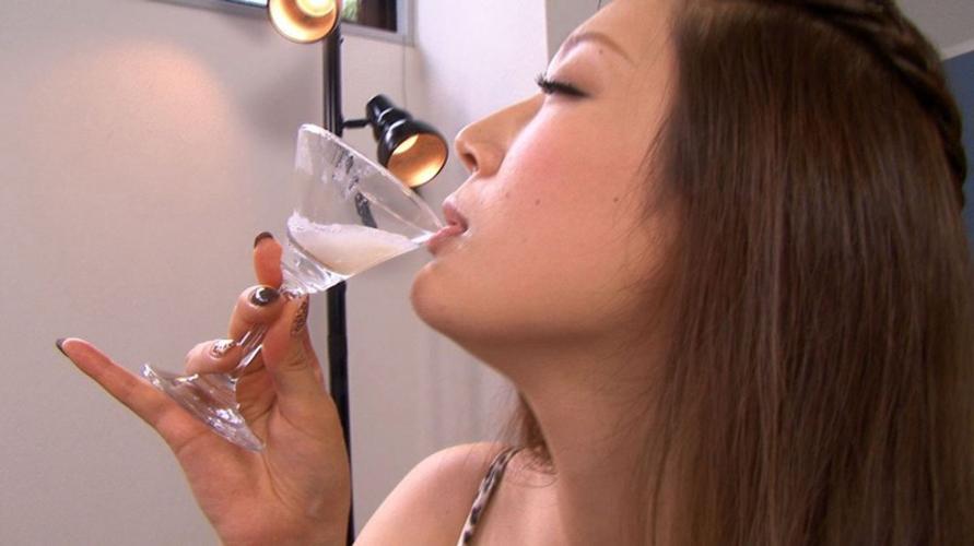 【ザーメン注意】グラスに精子を注いで一気飲みする女さん…・3枚目