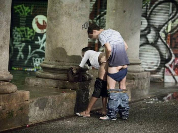 性処理として働く女さん、街中でもお構いなしにお仕事しちゃう。。(画像あり)・3枚目
