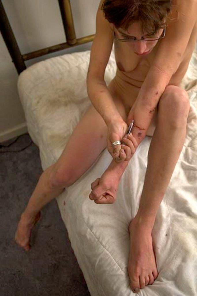 【薬物中毒者】全裸でキメてる女性たちが撮影された画像まとめ。(33枚)・3枚目