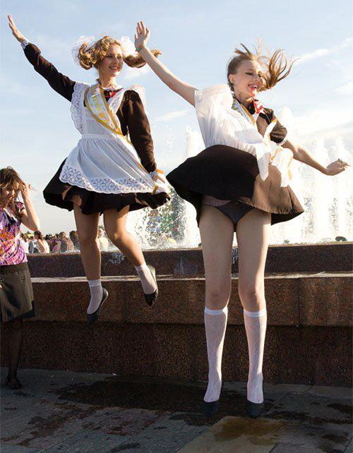 ロシアJKの卒業式…ミニスカのメイドだらけで盗撮する気持ちもわかるわwwwww(画像あり)・31枚目