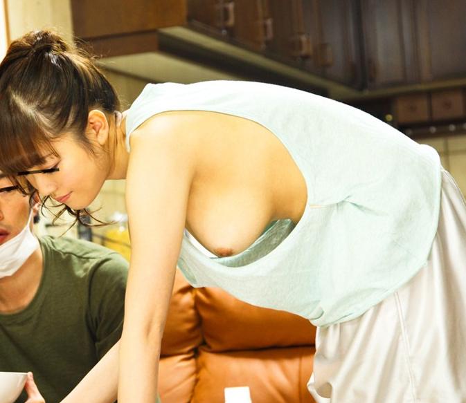 【ノーブラ】朝から男を興奮させる胸チラ女が撮影されるwwwwww(画像あり)・4枚目