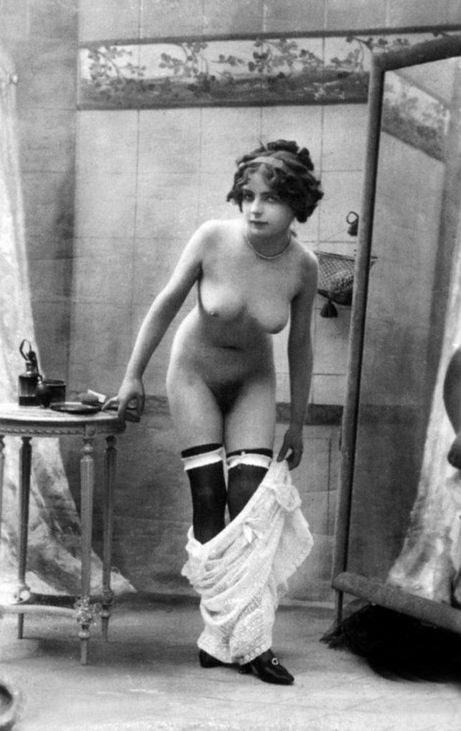 【エロ画像】白黒時代のヘアヌード女さんのナチュラルボディーがこちら。(26枚)・5枚目