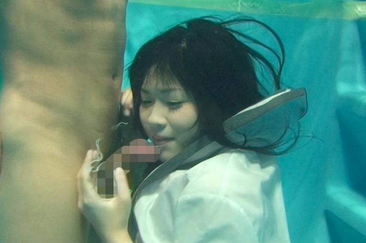 【エロ画像】水中で女にフェラさせてカメラで撮影した画像がこちらwwwww・8枚目