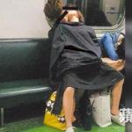 電車内で卑猥な事してる男女…日本のAV見過ぎじゃない?wwwww(画像あり)