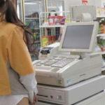 ケツ丸出しにして接客してるコンビニ店員の女が撮影される。。ただのド変態やんけwwww(画像あり)