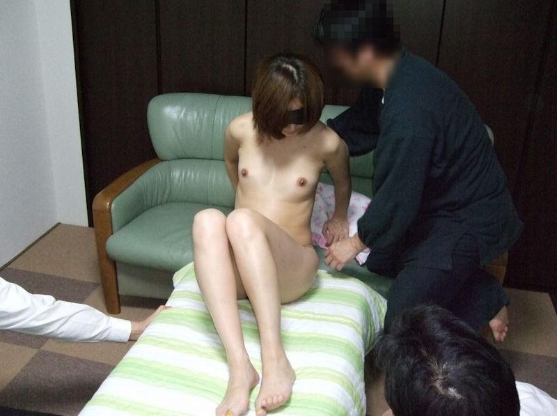 【全裸】素っ裸の女を仲間たちと観察する構図・・・これ怖いわwwwww(画像あり)・1枚目