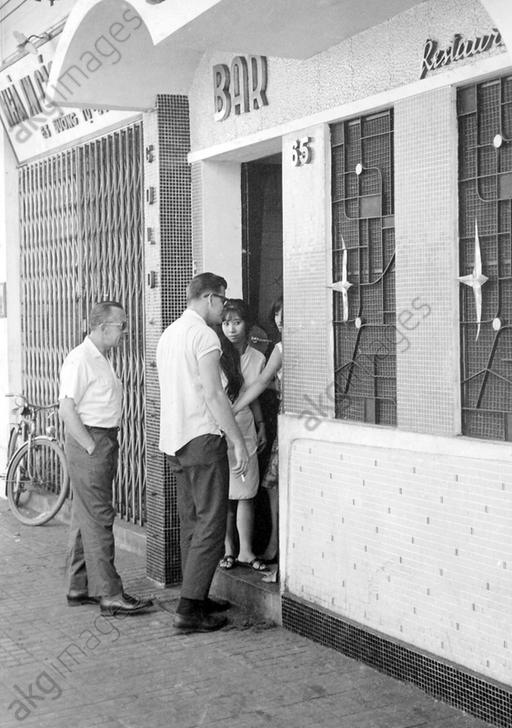 【売春婦】ベトナムの売春宿で撮影された「軍用御用達」の女たち。・1枚目