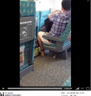 電車内で卑猥な事してる男女…日本のAV見過ぎじゃない?wwwww(画像あり)・1枚目