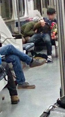 電車内で卑猥な事してる男女…日本のAV見過ぎじゃない?wwwww(画像あり)・12枚目