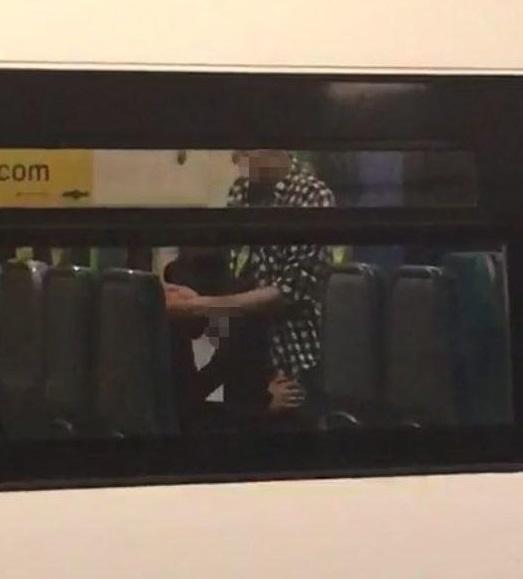 電車内で卑猥な事してる男女…日本のAV見過ぎじゃない?wwwww(画像あり)・13枚目