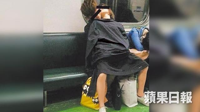 電車内で卑猥な事してる男女…日本のAV見過ぎじゃない?wwwww(画像あり)・15枚目