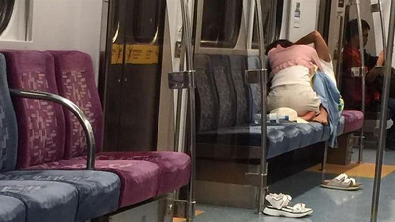 電車内で卑猥な事してる男女…日本のAV見過ぎじゃない?wwwww(画像あり)・16枚目