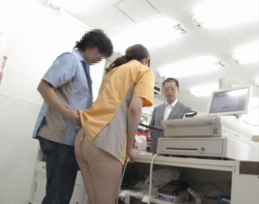 ケツ丸出しにして接客してるコンビニ店員の女が撮影される。。ただのド変態やんけwwww(画像あり)・3枚目