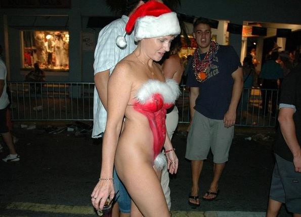 露出狂の女ってクリスマスになると何でサンタになるの?プレゼントはエロそうwwwww(画像あり)・16枚目