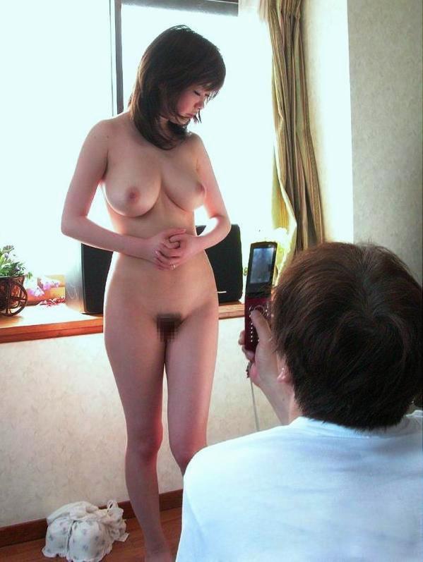 【全裸】素っ裸の女を仲間たちと観察する構図・・・これ怖いわwwwww(画像あり)・15枚目