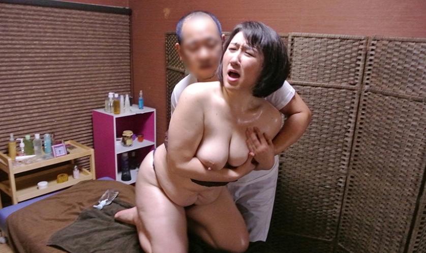 【熟女】経験豊富な女さん、マッサージ師のセクハラを受け入れる・・・・2枚目