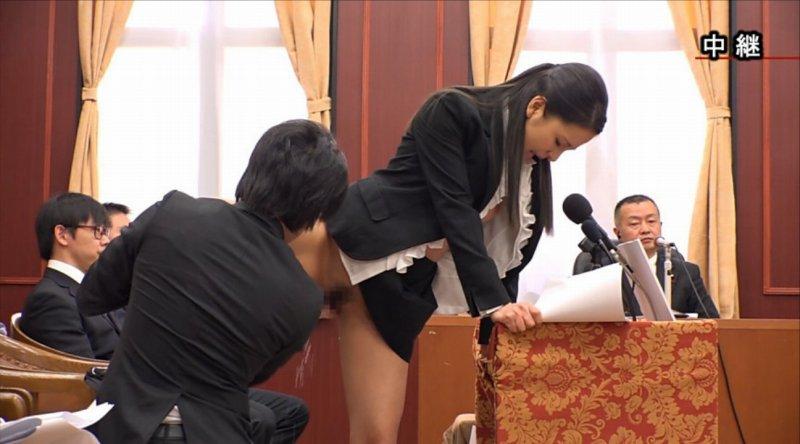 【エロ画像】伝説の国会中継。女子議員オッパイ丸出しやんwwwwww・2枚目