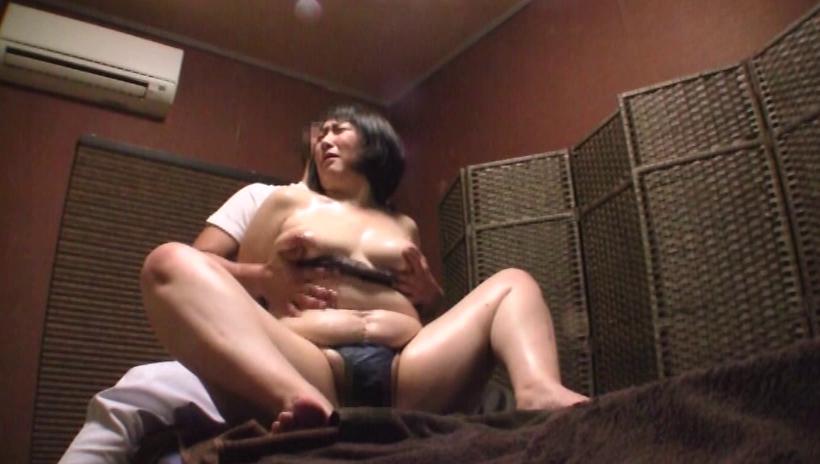 【熟女】経験豊富な女さん、マッサージ師のセクハラを受け入れる・・・・22枚目