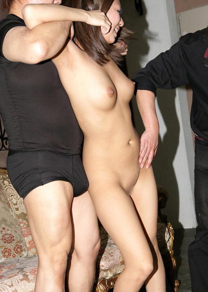 【全裸】素っ裸の女を仲間たちと観察する構図・・・これ怖いわwwwww(画像あり)・26枚目